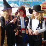 Es gab nur einen einzigen Zauberer. Auf dem Bild sieht man noch eine Hexe, eine Piratin und ein Cowgirl.