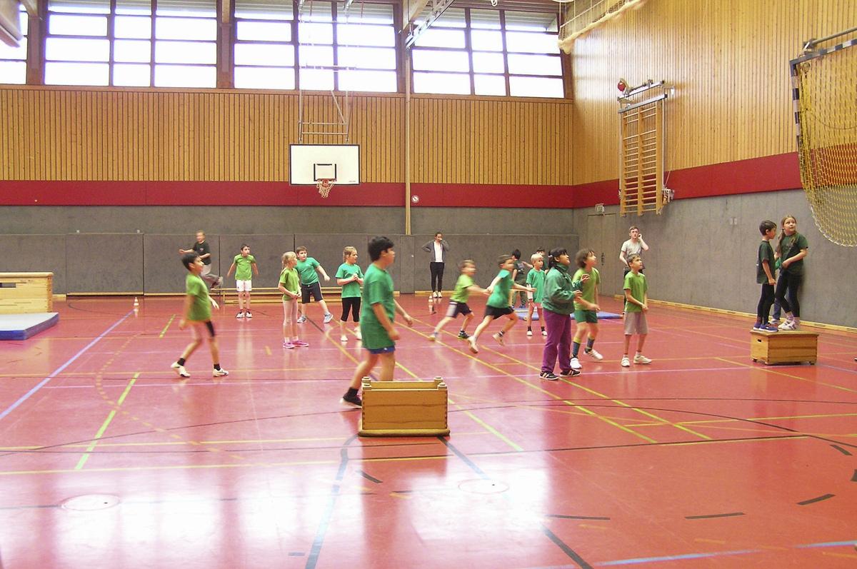 Klasse 3a und 3b beim Brennball Cup